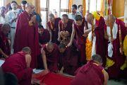 Его Святейшество Далай-ламу встречают в монастыре Сера Лачи. Билакуппе, Карнатака, Индия. 5 июля 2013 г. Фото: Тензин Чойджор (офис ЕСДЛ)