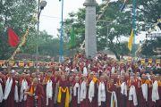 Монахи монастыря Сера Чже ожидают прибытия Его Святейшества Далай-ламы. Билакуппе, Карнатака, Индия. 5 июля 2013 г. Фото: Тензин Чойджор (офис ЕСДЛ)