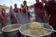 Монахи монастыря Сера Чже готовят рис для участников торжеств, посвященных 78-летию Его Святейшества Далай-ламы. Билакуппе, Карнатака, Индия. 6 июля 2013 г. Фото: Тензин Чойджор (офис ЕСДЛ)