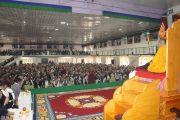 Его Святейшество Далай-лама обращается к более, чем тысяче пожилых тибетцев, живущих в Билакуппе, во время церемонии открытия нового здания тибетского кооперативного общества Лугсам.  Карнатака, Индия. 11 июля 2013 г. Фото: Тензин Такла (офисе ЕСДЛ)