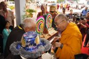 Его Святейшество Далай-ламу встречают традиционным тибетским подношением перед началом торжественной церемонии открытия нового здания тибетского кооперативного общества Лугсам во время восьмидневного визита в тибетское поселение Билакуппе. Карнатака, Индия. 11 июля 2013 г. Фото: Тензин Такла (офисе ЕСДЛ)