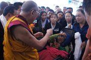 Его Святейшество Далай-лама благословляет пожилую тибетку перед началом торжественной церемонии открытия нового здания тибетского кооперативного общества Лугсам во время восьмидневного визита в тибетское поселение Билакуппе. Карнатака, Индия. 11 июля 2013 г. Фото: Тензин Такла (офисе ЕСДЛ)