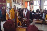 Его Святейшество Далай-лама совершает простирания в зале для собраний в новом здании тибетского кооперативного общества Лугсам в Билакуппе. Карнатака, Индия. 11 июля 2013 г. Фото: Тензин Такла (офисе ЕСДЛ)