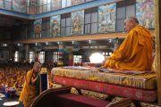 Гьянкханг Ринпоче совершает подношение мандалы Его Святейшеству Далай-ламе в монастыре Намдролинг в тибетском поселении Билакуппе. Карнатака, Индия. 11 июля 2013 г. Фото: Тензин Такла (офисе ЕСДЛ)