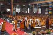 Монахи монастыря Намдролинг в тибетском поселении Билакуппе совершают традиционные подношения Его Святейшеству Далай-ламе. 11 июля 2013 г. Фото: Тензин Такла (офисе ЕСДЛ)