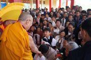Его Святейшество Далай-лама приветствует своих последователей в монастыре Ташилунпо в последний день своего визита в Билакуппе. Карнатака, Индия. 12 июля 2013 г. Фото: Тензин Такла (офис ЕСДЛ)
