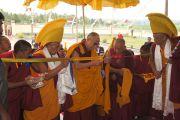 Его Святейшество Далай-лама торжественно открывает новый внутренний двор для проведения философских диспутов в монастыре Ташилунпо в последний день своего визита в Билакуппе. Карнатака, Индия. 12 июля 2013 г. Фото: Тензин Такла (офис ЕСДЛ)