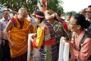 Его Святейшество Далай-ламу встречают традиционными подношениями в Центральной школе для тибетцев в Хунсуре, куда он прибыл для участия в торжественном открытии нового актового зала. Хунсур, Карнатака, Индия. 14 июля 2013 г. Фото: Тензин Такла (офис ЕСДЛ)
