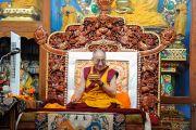 Его Святейшество Далай-лама пьет чай во время учений по махамудре в тантрическом монастыре Гьюдмед. Хунсур, Карнатака, Индия. 15 июля 2013 г. Фото: Тензин Такла (офис ЕСДЛ)
