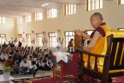 Его Святейшество Далай-лама обращается с речью к ученикам и преподавателям Центральной школы для тибетцев в Хунсуре, куда он прибыл для участия в торжественном открытии нового актового зала. Хунсур, Карнатака, Индия. 14 июля 2013 г. Фото: Тензин Такла (офис ЕСДЛ)