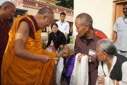 Его Святейшество Далай-лама дарует благословение пожилым тибетцам во время посещения ньингмапинского монастыря в тибетском поселении Хунсур. Карнатака, Индия. 15 июля 2013 г. Фото: Тензин Такла (офис ЕСДЛ)