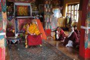 Его Святейшество Далай-лама беседует с настоятелем ньингмапинского монастыря во время визита в тибетское поселение Хунсур. Карнатака, Индия. 15 июля 2013 г. Фото: Тензин Такла (офис ЕСДЛ)
