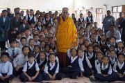 Его Святейшество Далай-лама фотографируется с учениками Центральной школы для тибетцев в Хунсуре, куда он прибыл для участия в торжественном открытии нового актового зала. Хунсур, Карнатака, Индия. 14 июля 2013 г. Фото: Тензин Такла (офис ЕСДЛ)
