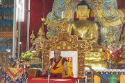 Его Святейшество Далай-лама обращается к монахам монастыря Дрепунг Лачи. Мундгод, Карнатака, Индия. 17 июля 2013 г. Фото: Тензин Такла (офис ЕСДЛ)