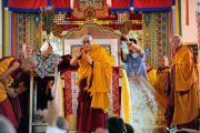 Его Святейшество Далай-лама прощается со слушателями после завершения посвящения долгой жизни в тантрическом монастыре Гьюдмед. Хунсур, Карнатака, Индия. 16 июля 2013 г. Фото: Тензин Пунцог (офис ЕСДЛ)