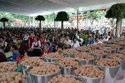 В ведрах специальные шарики из теста, которые будут раздавать всем участникам церемонии посвящения долгой жизни в тантрическом монастыре Гьюдмед. Хунсур, Карнатака, Индия. 16 июля 2013 г. Фото: Лобсанг Церинг (офис ЕСДЛ)