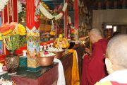 Его Святейшество Далай-лама зажигает масляный светильник в монастыре Сакья. Мундгод, Карнатака, Индия. 20 июля 2013 г. Фото: Тензин Такла (офис ЕСДЛ)