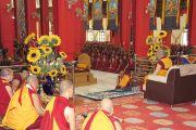 Его Святейшество Далай-лама обращается к собранию монахов монастыря Дрепунг Гоманг. Мундгод, Карнатака, Индия. 19 июля 2013 г. Фото: Тензин Такла (офис ЕСДЛ)