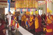 Его Святейшество Далай-ламу торжественно встречают в монастыре Дрепунг Гоманг. Мундгод, Карнатака, Индия. 18 июля 2013 г. Фото: Тензин Такла (офис ЕСДЛ)