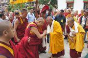 Его Святейшество Далай-ламу торжественно встречают в монастыре Сакья. Мундгод, Карнатака, Индия. 20 июля 2013 г. Фото: Тензин Такла (офис ЕСДЛ)