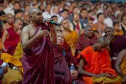 """Буддийский монах задает вопрос Его Святейшеству Далай-ламе во время учений в Пуне, проводившихся по просьбе организации """"Буддаяна Махасангха"""". Махараштра, Индия. 27 июля 2013 г. Фото: Тензин Чойджор (офис ЕСДЛ)"""