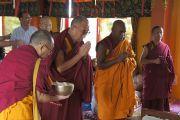 Его Святейшество Далай-лама в буддийском храме Махакашьяпа Махавихара на второй день своего трехдневного визита в Пуну. Махараштра, Индия. 27 июля 2013 г. Фото: Тензин Чойджор (офис ЕСДЛ)