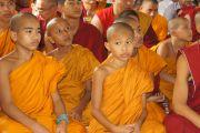Юные монахи слушают Его Святейшество Далай-ламу в буддийском храме Махакашьяпа Махавихара в Пуне. Махараштра, Индия. 27 июля 2013 г. Фото: Тензин Чойджор (офис ЕСДЛ)