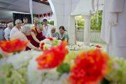 Его Святейшество Далай-лама возлагает цветы в миссии садху Васвани в Пуне. Махараштра, Индия. 28 июля 2013 г. Фото: Тензин Чойджор (офис ЕСДЛ)
