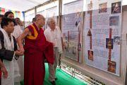 Его Святейшество Далай-лама осматривает экспозицию в новом Тибетском павильоне в музее истории Индии им. Шиваджи Махараджи в Пуне. Махараштра, Индия. 28 июля 2013 г. Фото: Тензин Чойджор (офис ЕСДЛ)