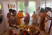 Его Святейшество Далай-лама принимает участие в ритуале огненной пуджи в музее истории Индии им. Шиваджи Махараджи в Пуне. Махараштра, Индия. 28 июля 2013 г. Фото: Тензин Чойджор (офис ЕСДЛ)