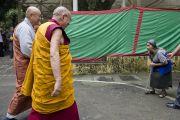 Его Святейшество Далай-лама здоровается с пожилой тибетской женщиной по дороге в главный тибетский храм в начале третьего дня учений. Дхарамсала, Индия. 27 августа 2013 г. Фото: Тензин Чойджор (офис ЕСДЛ)