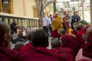 Его Святейшество Далай-лама приветствует тибетских учеников перед началом заключительного дня трехдневных учений в главном тибетском храме. Дхарамсала, Индия. 27 августа 2013 г. Фото: Тензин Чойджор (офис ЕСДЛ)