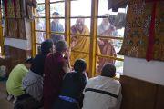 Его Святейшество Далай-лама приветствует слушателей, собравшихся на последний день трехдневных учений в главном тибетском храме. Дхарамсала, Индия. 27 августа 2013 г. Фото: Тензин Чойджор (офис ЕСДЛ)