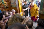 Его Святейшество Далай-лама приветствует слушателей из более чем 60 стран, собравшихся на последний день трехдневных учений в главном тибетском храме. Дхарамсала, Индия. 27 августа 2013 г. Фото: Тензин Чойджор (офис ЕСДЛ)