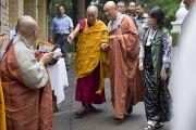 Его Святейшество Далай-лама и члены корейской буддийской общины по дороге в главный тибетский храм в начале третьего дня учений. Дхарамсала, Индия. 27 августа 2013 г. Фото: Тензин Чойджор (офис ЕСДЛ)