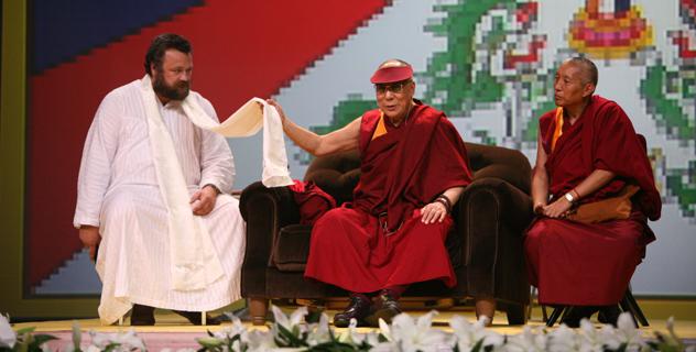 """В Риге Его Святейшество Далай-лама прочел публичную лекцию """"Культура сострадания"""""""