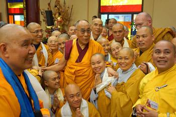 В завершение европейского тура Его Святейшество Далай-лама посетил вьетнамский храм Вьен Зак