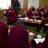 Его Святейшество Далай-лама обсудил с тибетскими учеными проект учебника, излагающего основы буддийской науки