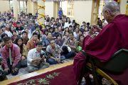 Его Святейшество Далай-лама отвечает на вопросы слушателей в последний из трех дней учений, дарованных по просьбе буддистов из Юго-Восточной Азии в главном тибетском храме в Дхарамсале, Индия. 5 сентября 2013 г. Фото: Лобсанг Церинг (офис ЕСДЛ)