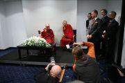 """Его Святейшество Далай-лама на пресс-конференции. Рига, Латвия. 9 сентября 2013 г. Фото: Игорь Янчеглов (Фонд """"Сохраним Тибет"""")"""