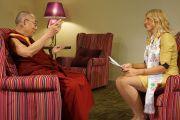 Его Святейшество Далай-лама отвечает на вопросы телеведущей Кристине Гарклавы. Рига, Латвия. 9 сентября 2013 г. Фото: Джереми Рассел (Офис ЕСДЛ)