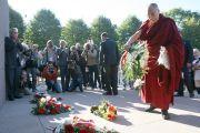 """Его Святейшество Далай-лама возлагает цветы к памятнику Свободе. Рига, Латвия. 9 сентября 2013 г. Фото: Игорь Янчеглов (Фонд """"Сохраним Тибет"""")"""