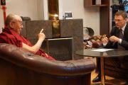 Юргис Лиепниекс берет интервью у Его Святейшества Далай-ламы для телеканала PBK. Рига, Латвия. 10 сентября 2013 г. Фото: Джереми Рассел (офис ЕСДЛ)