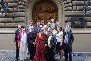 Его Святейшество Далай-лама с латвийскими парламентариями на ступенях латвийского парламента. Рига, Латвия. 10 сентября 2013 г. Фото: Джереми Рассел (офис ЕСДЛ)