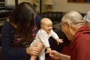 Его Святейшество Далай-лама общается с веселым малышом и его мамой, живущими с ним в одной гостинице. Рига, Латвия. 10 сентября 2013 г. Фото: Джереми Рассел (офис ЕСДЛ)
