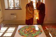 Его Святейшество Далай-лама рассматривает мандалу Ченрезига, построенную монахами монастыря Сера Чже. Вильнюс, Литва. 12 сентября 2013 г. Фото: Джереми Рассел (офис ЕСДЛ)
