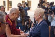 Вице-спикер Ирена Дегутене встречает Его Святейшество Далай-ламу в литовском парламенте. 12 сентября 2013 г. Фото: Джереми Рассел (офис ЕСДЛ)