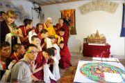 Его Святейшество Далай-лама у мандалы Ченрезига, построенной монахами монастыря Сера Чже. Вильнюс, Литва. 12 сентября 2013 г. Фото: Александраса Бабичюса