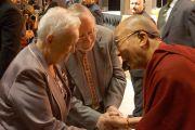 Его Святейшество Далай-лама здоровается с бывшим президентом Литвы Витаутасом Ландсбергисом и его женой перед началом лекции в зале Сименс Арена. Вильнюс, Литва. 13 сентября 2013 г. Фото: Джереми Рассел (офис ЕСДЛ)