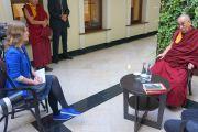 Розита Гарскайте берет у Его Святейшества Далай-ламы интервью для интернет-издания Bernardinai. Вильнюс, Литва. 13 сентября 2013 г. Фото: Джереми Рассел (офис ЕСДЛ)